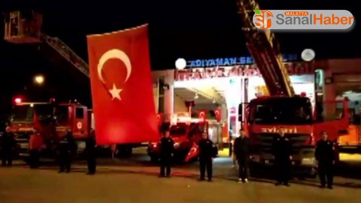 İtfaiyeciler dev Türk bayrağı altında İstiklal Marşı'nı okudu
