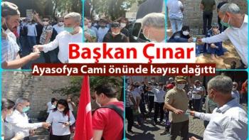 Başkan Çınar Ayasofya Cami önünde kayısı ikramı