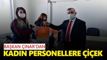 Başkan Çınar'dan kadın personellere çiçek