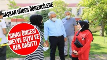 Başkan Güder öğrencilere sınav öncesi meyve suyu ve kek dağıttı