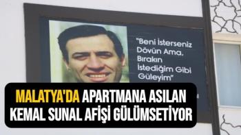 Malatya'da Apartmana asılan Kemal Sunal afişi gülümsetiyor