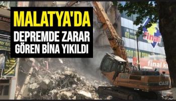 Malatya'da depremde zarar gören bina yıkıldı