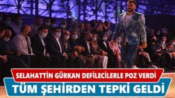 Selahattin Gürkan defilecilerle poz verdi