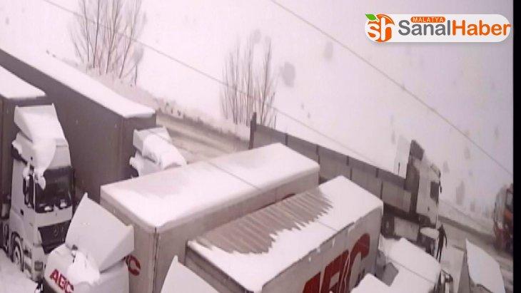 Kar küreme aracını seyrederken canından oluyordu
