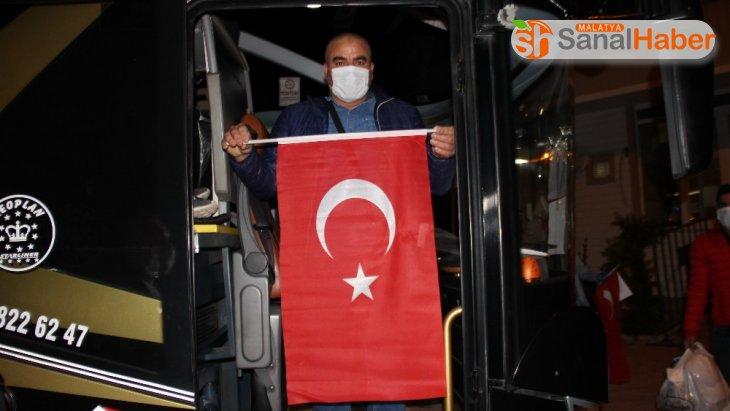 Karantinası biten Türk vatandaşları sabah ezanıyla yolcu edildi