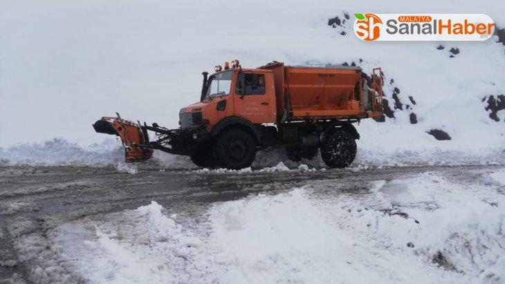 Karlı yollar temizleniyor