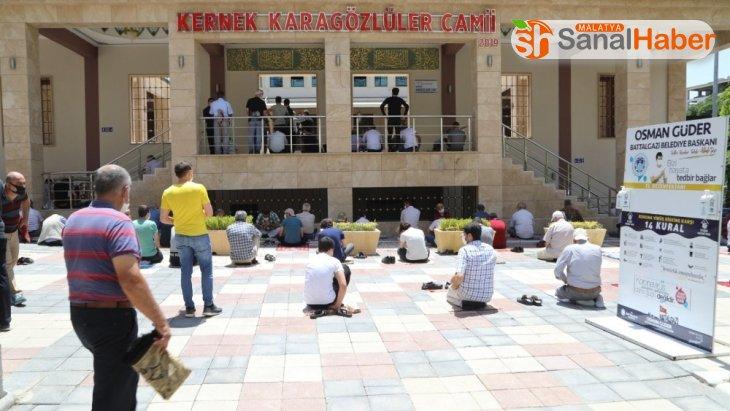 4 bin kişi kapasiteli camide ilk Cuma Namazı