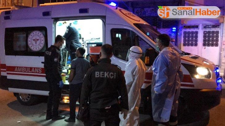 Korona şüphelisi evinden çıktı,  polis yakalayıp hastaneye götürdü
