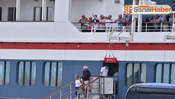 Korona virüsünün ortaya çıktığı ve ülkelerin almadığı gemi Küba'ya demir attı