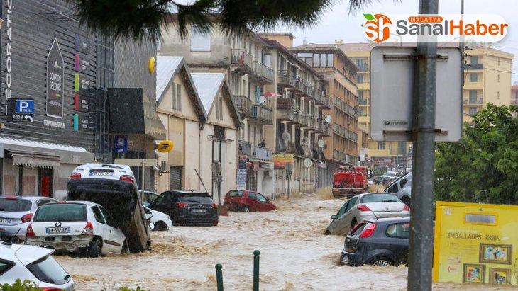 Korsika'da şiddetli yağış etkili oldu, caddeler göle döndü