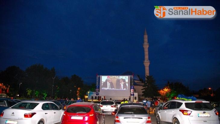 Malatya'da korona virüs günlerinde otomobilde sinema keyfi