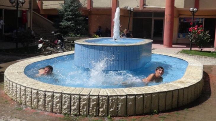 Malatya'da Sıcaktan bunalan çocuklar süs havuzunda serinledi
