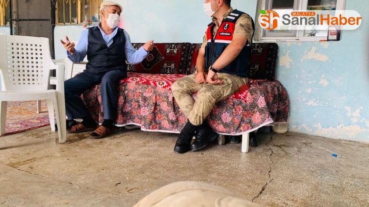Mehmetçik'ten şehit babalarına ziyaret