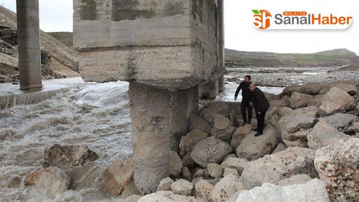 Milletvekili Tutdere'den Göksu Köprüsünü meclise taşıdı