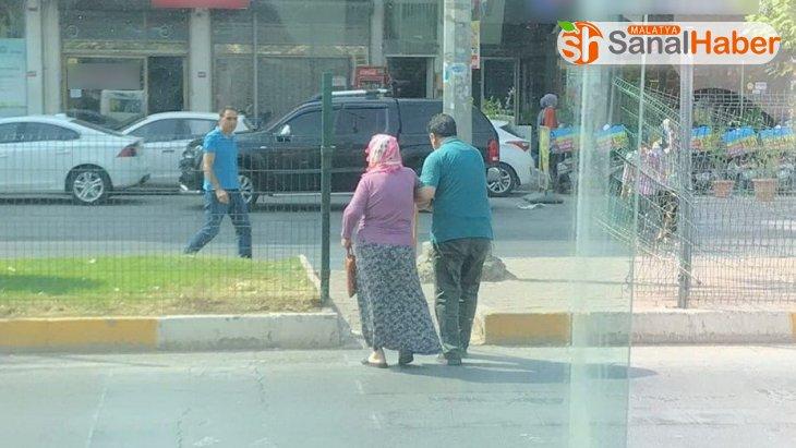 Minibüsünü bırakıp yolcusunun yardımına koştu