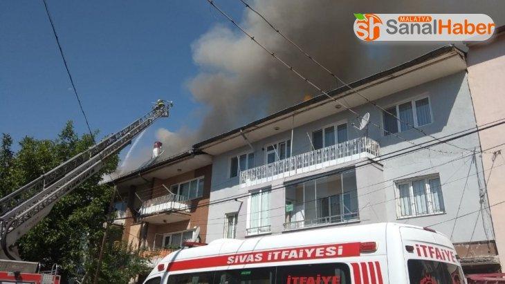 Misafirlerini ağırladıkları sırada evlerinin çatısı yandı