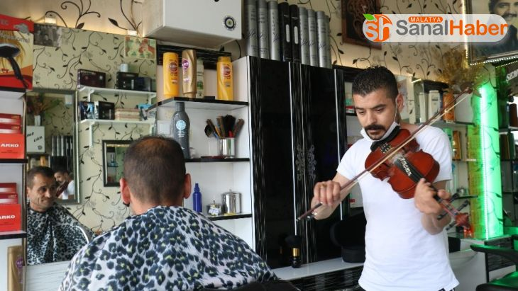 Müzisyen berber, önce kulakların pasını siliyor ardından saç kesiyor