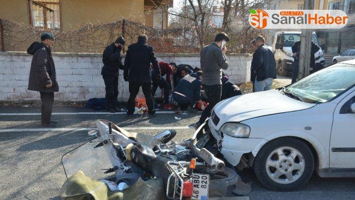 Otomobille motosikletin çarpıştığı kaza kamerada