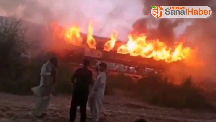 Pakistan'da bir yolcu treninde çıkan yangında 62 kişi hayatını kaybetti.