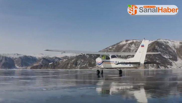 Rus pilot küçük uçağıyla buz tutan Baykal gölüne iniş yaptı