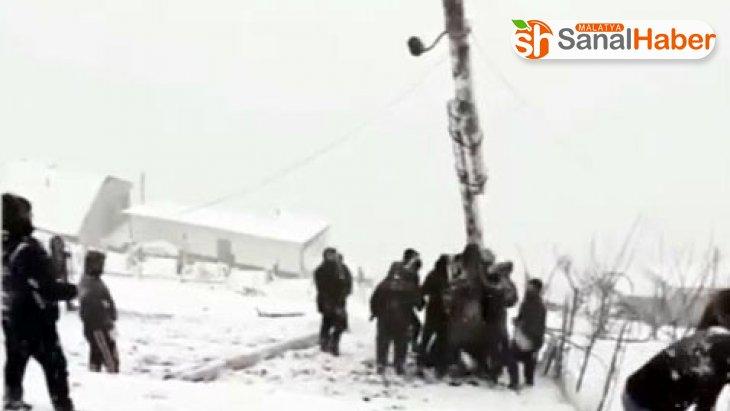 Rusya'da devrilen elektrik direğini kaldırmaya çalışan köylüler canından oluyordu