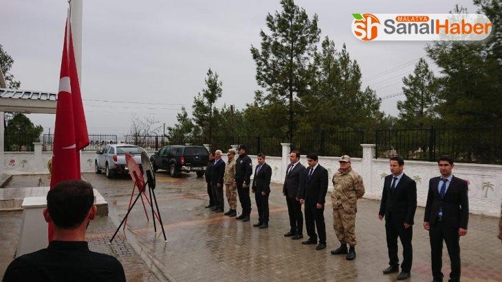 Samsat'ta 18 Mart şehitleri anma kapsamında çelenk sunumu gerçekleştirildi