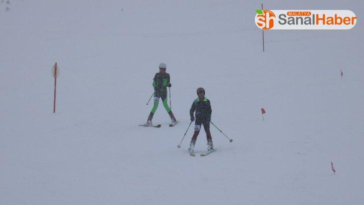 Sivas'ta Dağ Kayağı Türkiye Şampiyonası yarışları nefes kesti