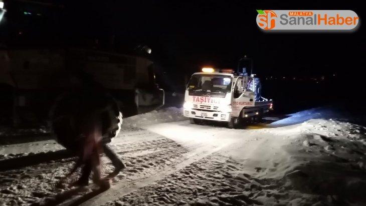 Sivas'ta traktörün devrilmesiyle mahsur kalan 3 kişi kurtarıldı