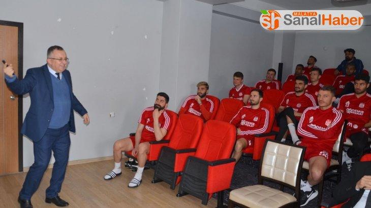 Sivasspor'da futbolculara korona virüs eğitimi verildi
