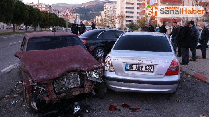 Sürücüsü olmayan araç 3 otomobile çarptı: 2 yaralı