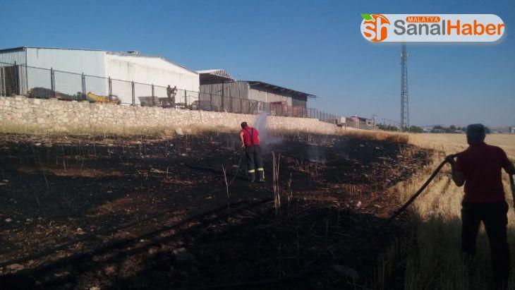 Tarlada çıkan yangın fabrikalara sıçramadan söndürüldü