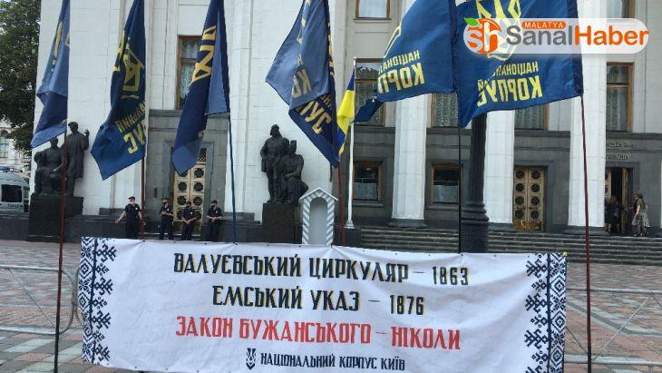 Ukrayna'da Rusça diline yönelik hazırlanan kanun teklifi protesto edildi