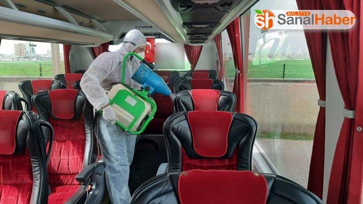 Yolcu otobüsleri dezenfektanla temizleniyor