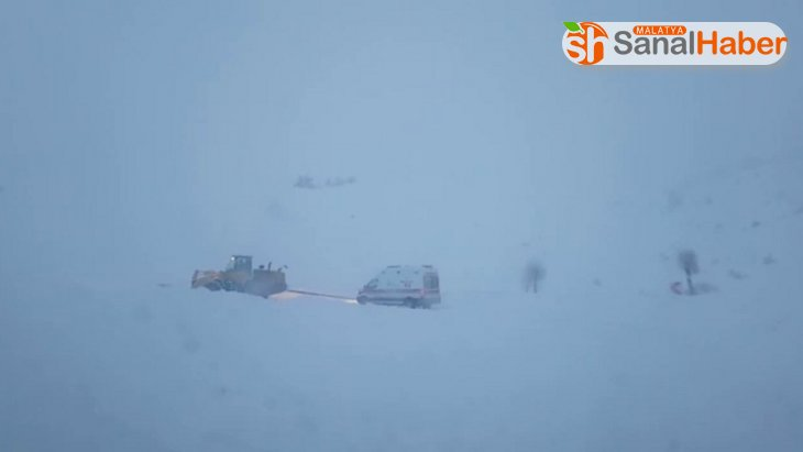 Yolu kardan kapanan köyde mahsur kalan yaşlı adam, hastaneye 11 saatte ulaştırıldı