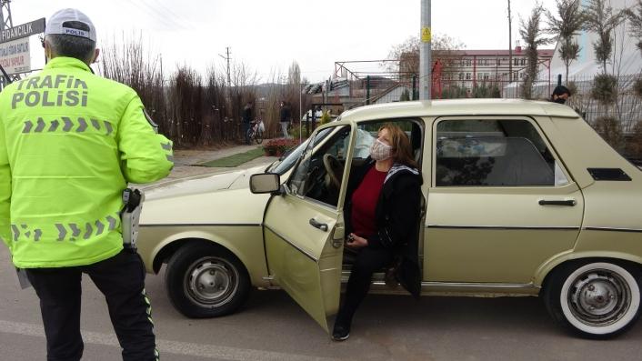 14 yaşındaki ehliyetsiz sürücü polis ekiplerine yakalandı, annesi araç çekilmesin diye böyle direndi