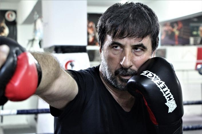 57 yaşında kick boksta gençlere taş çıkartıyor