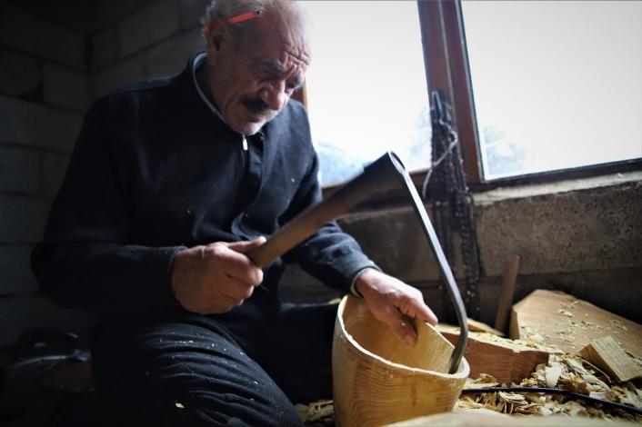 69 yaşında, saz teknesi yapıp Fransa´ya bile satıyor