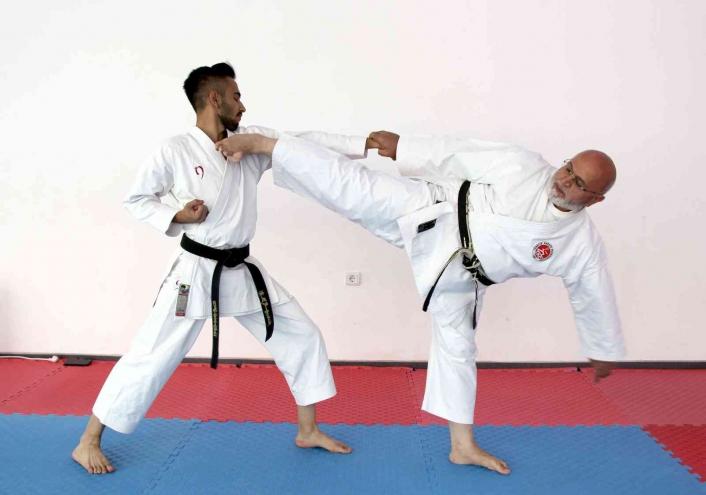 70´lik karateci gençlere taş çıkartıyor