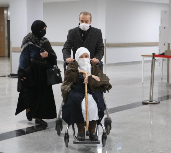 93 yaşındaki kadın Korona virüsü yendi