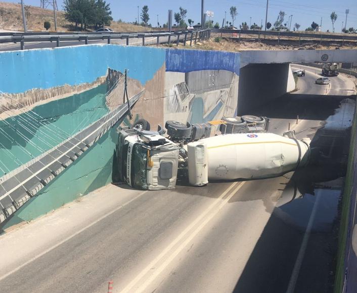 Alt geçitte beton mikseri devrildi, sürücü yaralandı