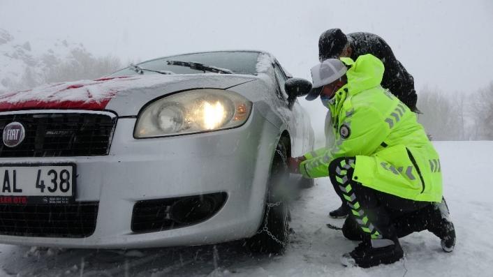 Antalyalı aile kar nedeniyle yolda kaldı, yardımlarına polis ekipleri yetişti