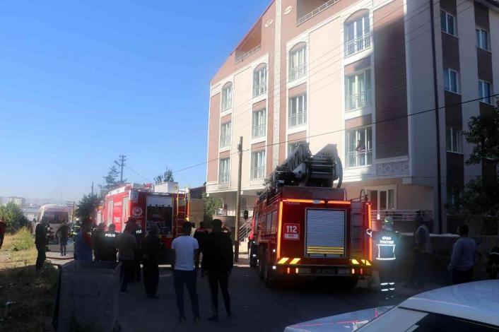 Apartman garajında yakılan tandır yangına neden oldu