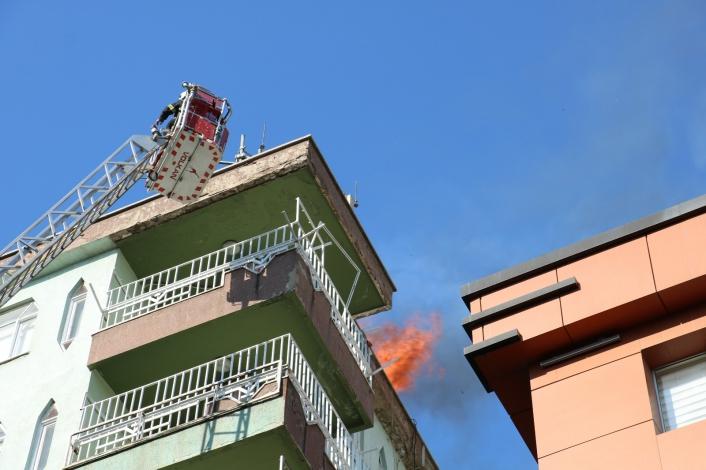 Apartmanın çatısındaki yangın korkuttu