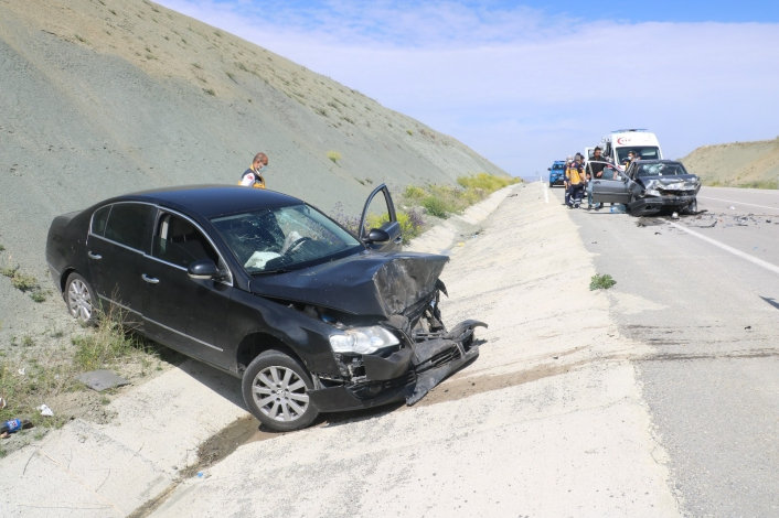 Araçlar kafa kafaya çarpıştı: 5 yaralı