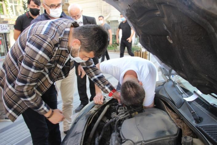 Araçların motoruna giren yaramaz kedi çileden çıkardı