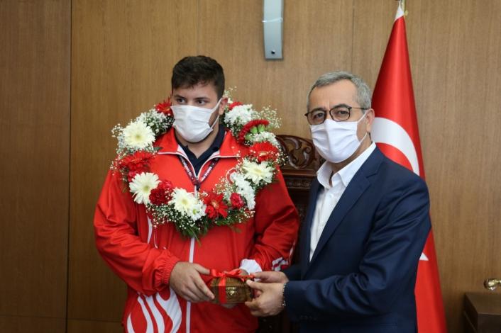 Avrupa Şampiyonu güreşçi memleketinde coşkuyla karşılandı