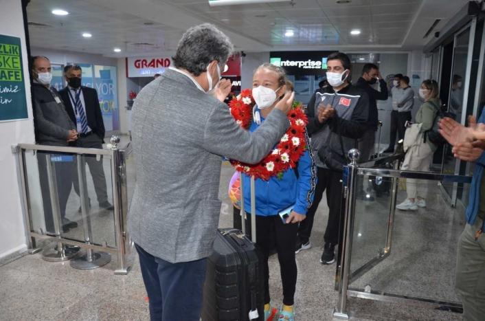 Avrupa Şampiyonu olan Aktaş çiçeklerle karşılandı