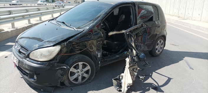 Bariyere çarpan otomobilin sürücüsü ölümden döndü
