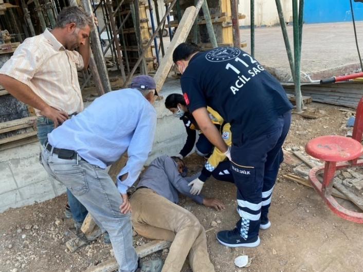 Başına inşaat demiri düşen işçi yaralandı