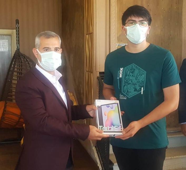 Başkan Çınar, başarılı öğrenciye hediye verdi